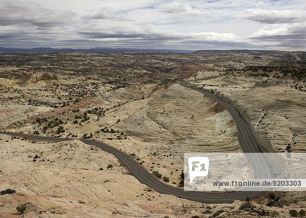 Straße durch Felslandschaft
