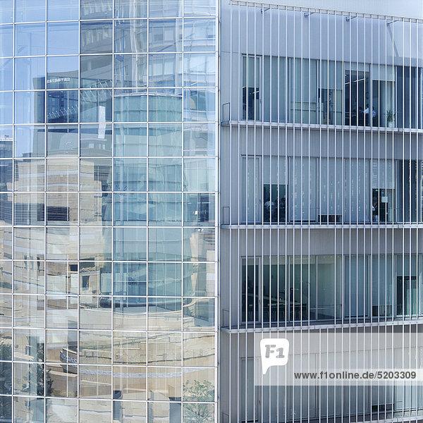 Moderne Fassade  in der sch andere Gebäude spiegeln