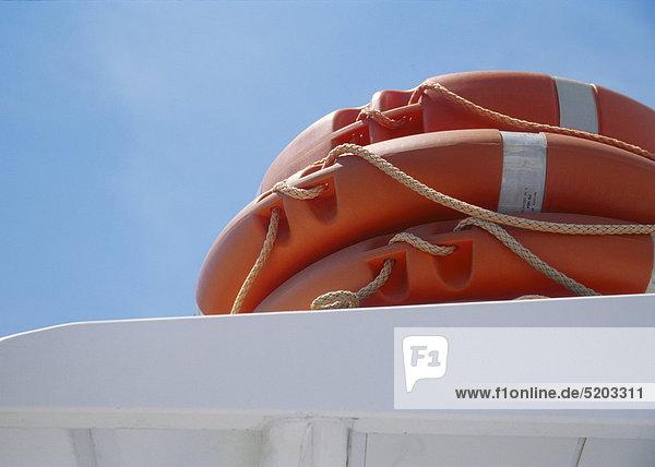 Rettungsringe auf einem Schiff
