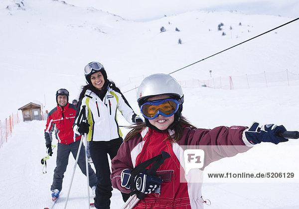 Familie beim Skifahren  im Schlepplift