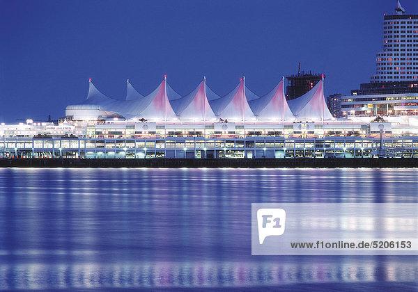 Vancouver  Hafen mit Zeltdach des Canada Place  abends  Kanada