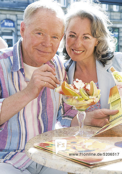 Älteres Paar  essen Eisbecher in Straßencafe Älteres Paar, essen Eisbecher in Straßencafe