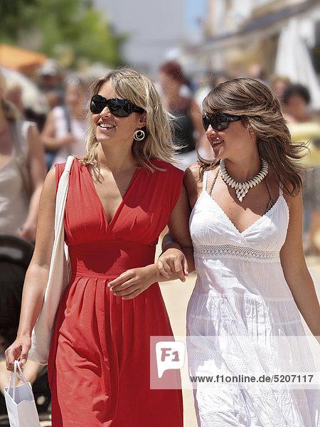 Zwei junge Frauen in Fußgängerzone