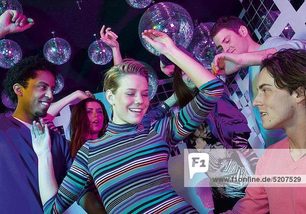 Junge Leute tanzen in Disco