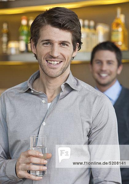 Mann in Bar