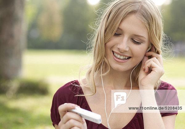 Junge Frau mit MP3-Player