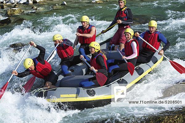 Junge Leute beim Rafting auf Fluss