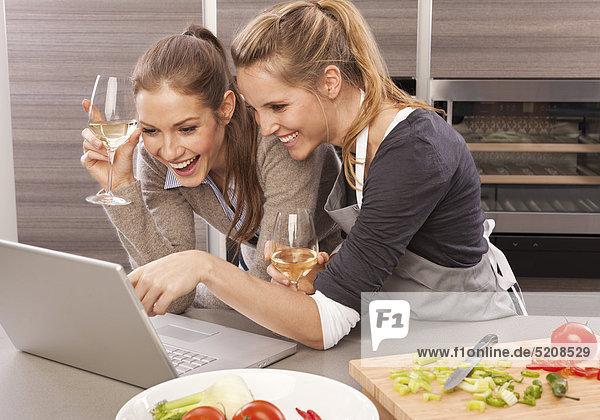 Zwei Frauen in Küche beim Kochen