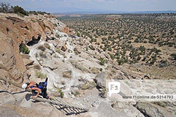 Vereinigte Staaten von Amerika  USA  Frau  Leiter  Leitern  Indianer  wandern  Wiederholung  antik  klettern  New Mexico  Santa Fe