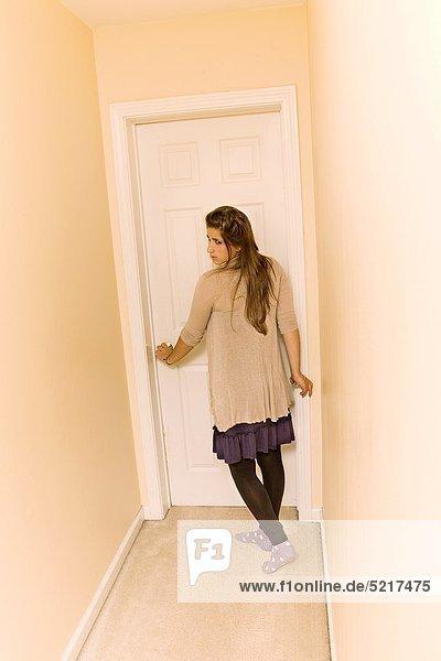 Korridor Korridore Flur Flure Jugendlicher Wohnhaus Mädchen
