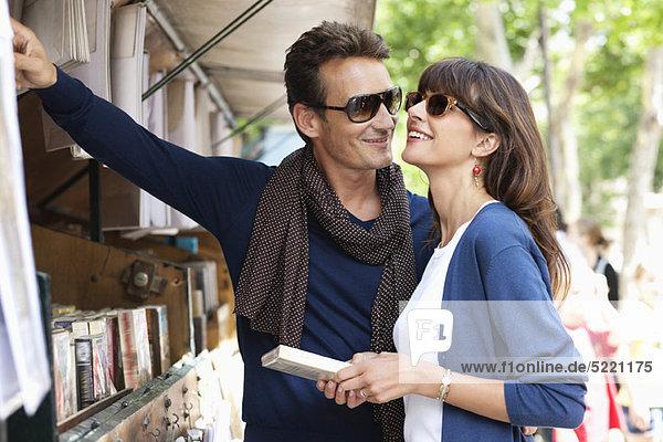 Paarauswahl an einem Buchstand  Paris  Ile-de-France  Frankreich