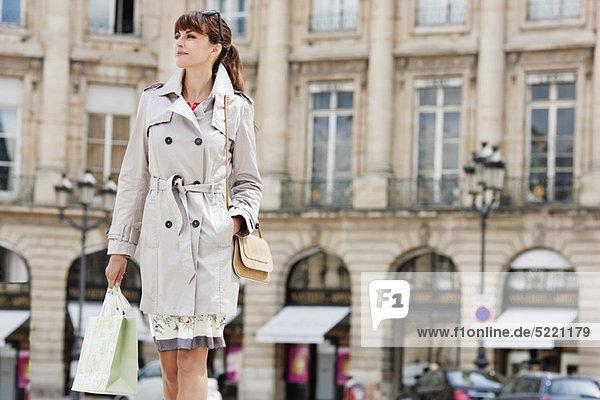 Frau mit Einkaufstaschen auf der Straße  Paris  Ile-de-France  Frankreich