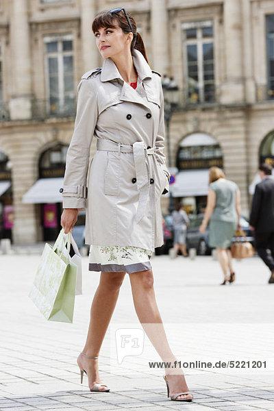 Frau auf der Straße  Paris  Ile-de-France  Frankreich