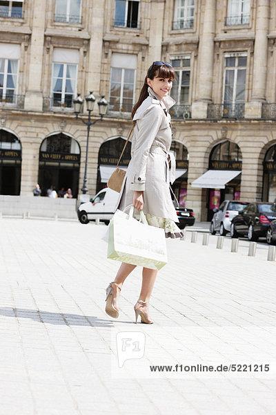 Frau auf der Straße  Paris  Ile-de-France  Frankreich Frau auf der Straße, Paris, Ile-de-France, Frankreich