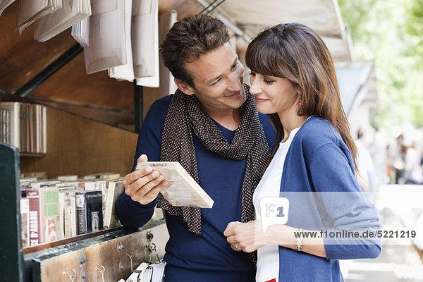 Paar an einem Bücherstand  Paris  Ile-de-France  Frankreich