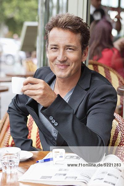 Kaffee trinkender Mann in einem Restaurant  Paris  Ile-de-France  Frankreich