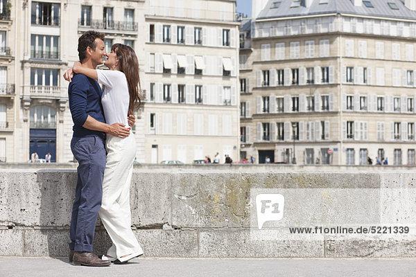 Ein Paar küsst sich  Paris  Ile-de-France  Frankreich Ein Paar küsst sich, Paris, Ile-de-France, Frankreich