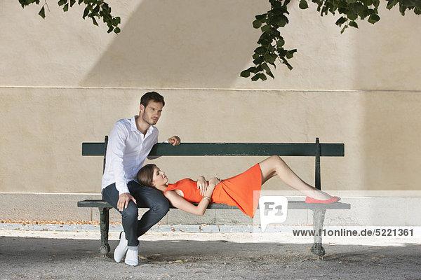 Paar auf einer Bank im Garten  Terrasse De l'Orangerie  Jardin des Tuileries  Paris  Ile-de-France  Frankreich