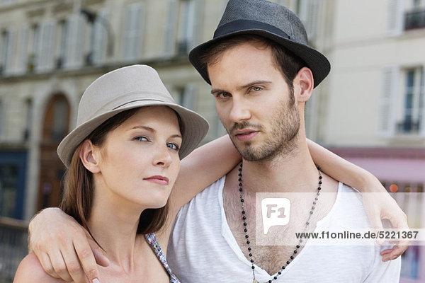 Porträt eines Paares mit dem Arm umeinander  Paris  Ile-de-France  Frankreich