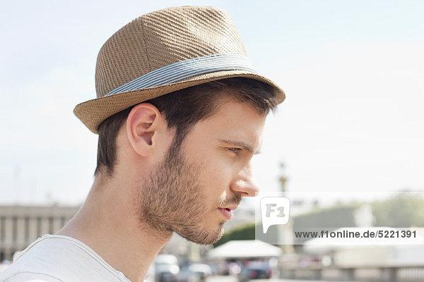 Nahaufnahme eines Mannes mit Hut  Paris  Ile-de-France  Frankreich