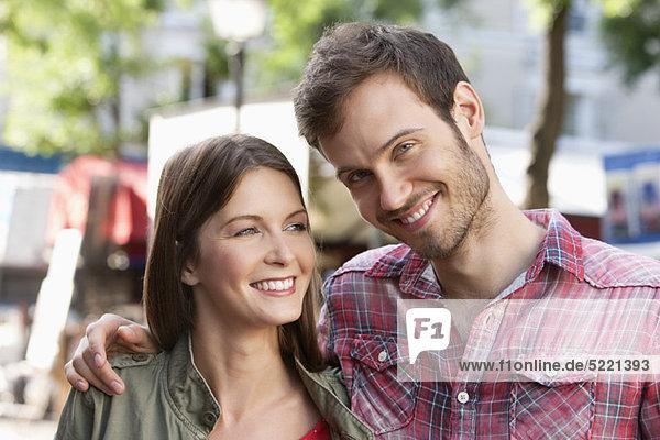 Nahaufnahme eines lächelnden Paares  Paris  Ile-de-France  Frankreich
