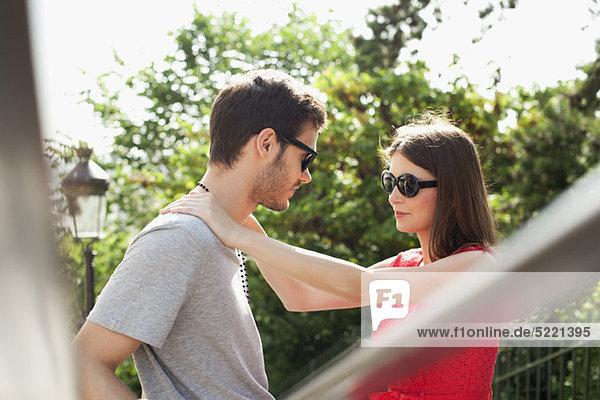 Romantisches Paar  Montmartre  Paris  Ile-de-France  Frankreich