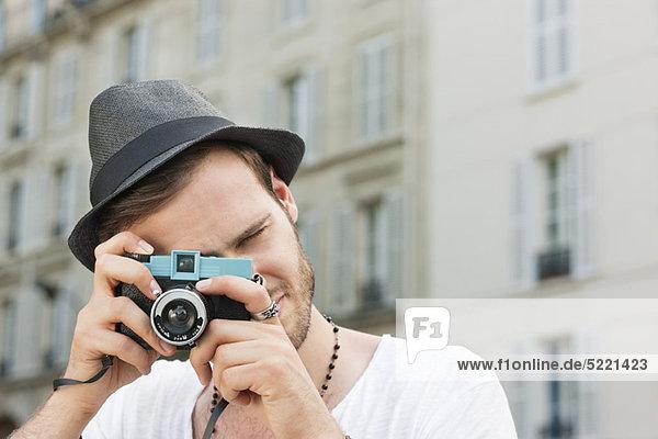 Mann fotografiert mit der Kamera  Paris  Ile-de-France  Frankreich