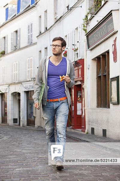 Mann mit einer Akte beim Essen  Paris  Ile-de-France  Frankreich
