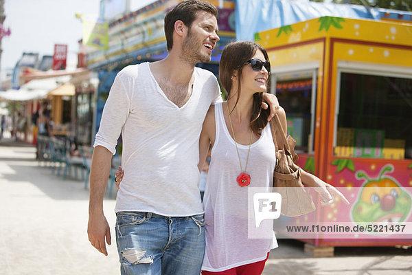 Couple walking in amusement park  Jardin des Tuileries  Paris  Ile-de-France  France