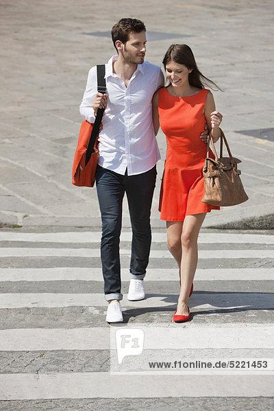 Paar auf einem Zebrastreifen  Paris  Ile-de-France  Frankreich