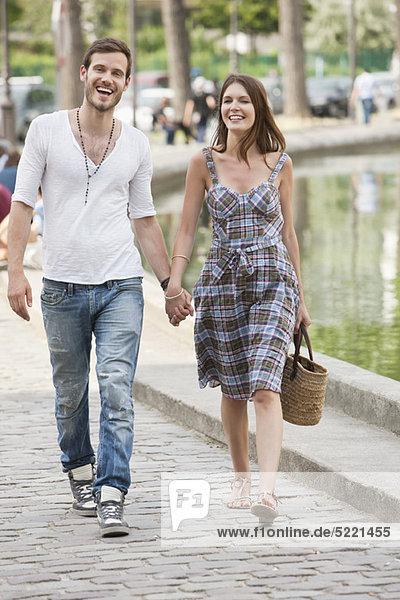 Paar in der Nähe eines Kanals und lächelnd  Paris  Ile-de-France  Frankreich