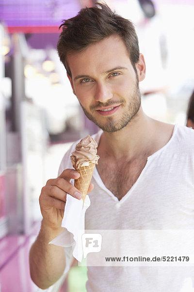Porträt eines Mannes beim Eis essen  Paris  Ile-de-France  Frankreich