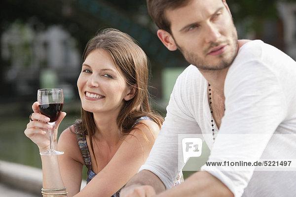 Frau trinkt Rotwein und lächelt  Paris  Ile-de-France  Frankreich