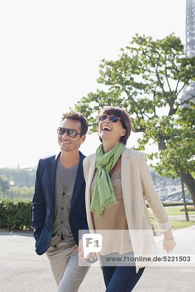 Paar auf einem Spaziergang  Eiffelturm  Paris  Ile-de-France  Frankreich
