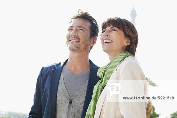 Glückliches Paar mit dem Eiffelturm im Hintergrund  Paris  Ile-de-France  Frankreich