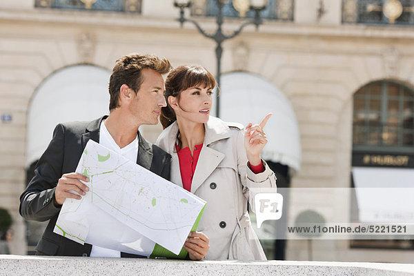 Paar beim Lesen einer Karte  Paris  Ile-de-France  Frankreich