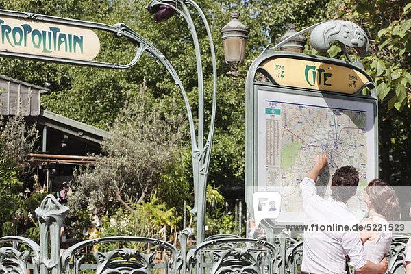 Paar  das auf eine Karte zeigt  Paris  Ile-de-France  Frankreich