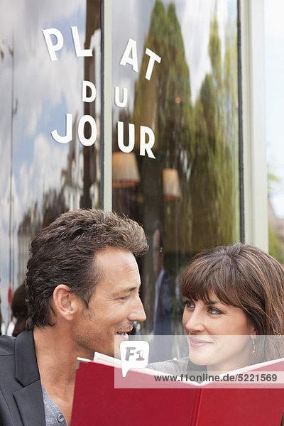 Paar-Lese-Menü in einem Restaurant  Paris  Ile-de-France  Frankreich