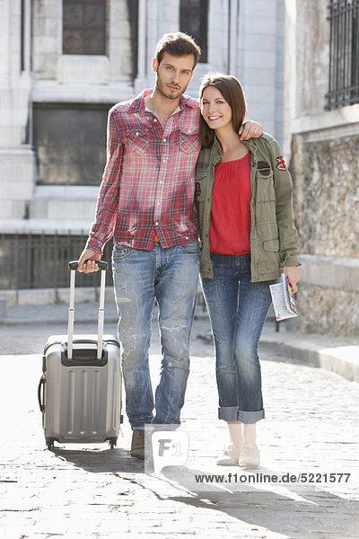 Paar auf einer Straße mit Koffer  Paris  Ile-de-France  Frankreich