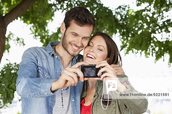 Paar  das ein Foto von sich selbst mit einer Digitalkamera macht  Paris  Ile-de-France  Frankreich