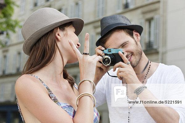 Mann beim Fotografieren einer Frau  Paris  Ile-de-France  Frankreich