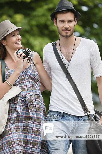 Paar  das auf einer Straße geht und lächelt  Paris  Ile-de-France  Frankreich