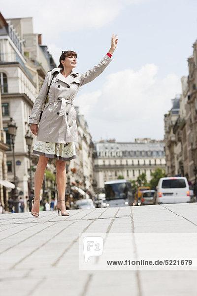 Frau ruft ein Taxi  Paris  Ile-de-France  Frankreich Frau ruft ein Taxi, Paris, Ile-de-France, Frankreich