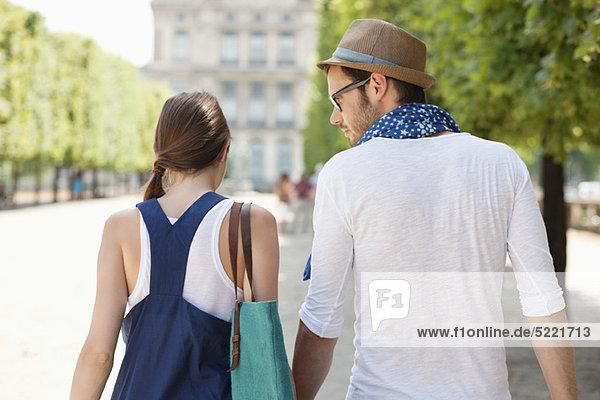 Rückansicht eines gemeinsamen Paares  Paris  Ile-de-France  Frankreich