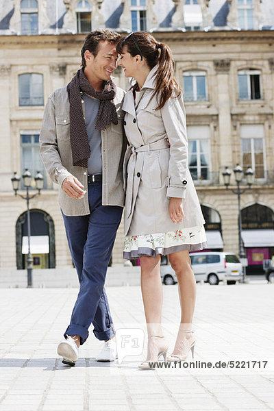 Paar auf der Straße  Paris  Ile-de-France  Frankreich