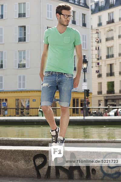 Mann auf dem Felsvorsprung eines Kanals  Canal St Martin  Paris  Ile-de-France  Frankreich