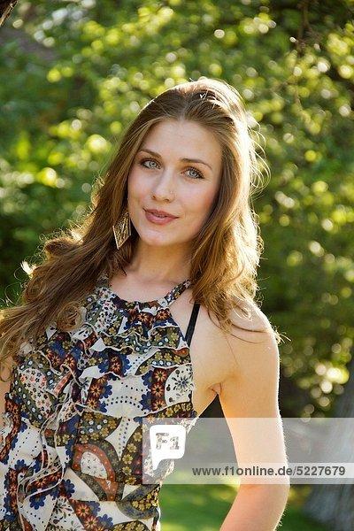 Vereinigte Staaten von Amerika  USA  Außenaufnahme  Frau  jung  freie Natur