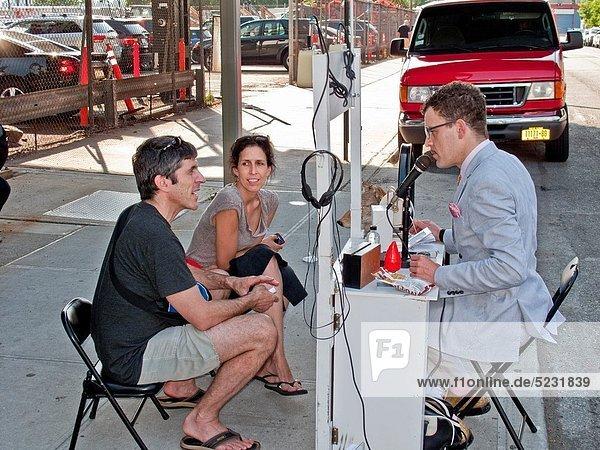 Gespräch  Gespräche  Unterhaltung  Unterhaltungen  Weg  Großstadt  Ende  Kunst  Museum  Obdachlosigkeit  tragbar  Erfahrung  Manhattan  neu  einstellen