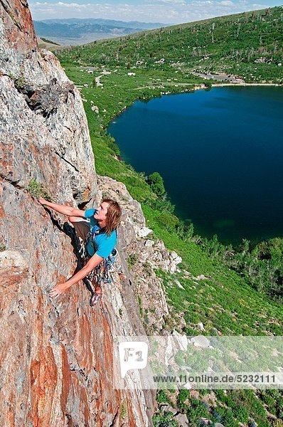 hoch  oben  Felsbrocken  Berg  über  See  5  Entdeckung  Richtung  sprechen  Urteil  10  Engel  klettern