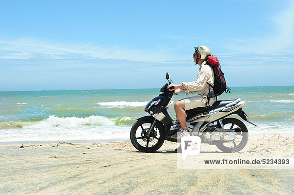 Mann am Strand  Mui Ne  Vietnam  Asien